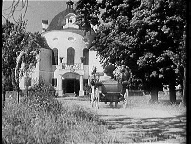 Na snímku zfilmu je zámeček Karlov poblíž Smetanovy Lhoty na Písecku. Nesmělý student Julio se vrací…