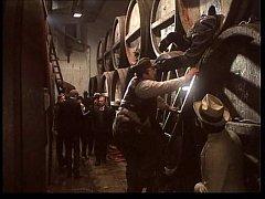 Interiér pivovaru Studená. Komparzista Karel Zeman (na žebříku) strká nohy mladšího kolegy do sudu, aby ho vyčistil.