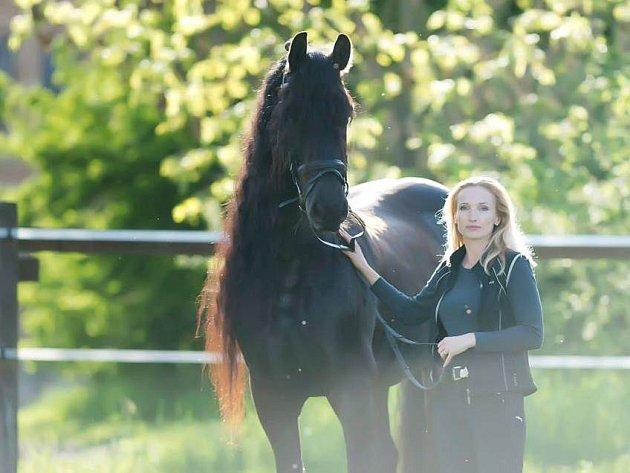 Jízda na koni je Haně Šťastné vlastní.
