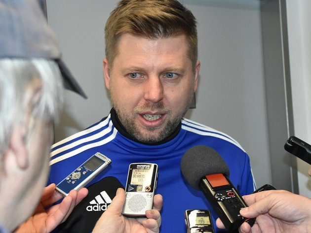 Před samotným začátkem přípravy fotbalistů Dynama odpovídal trenér David Horejš na dotazy novinářů.