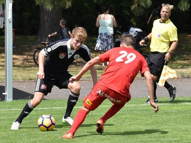 Michal Řezáč v zápase s Brnem obchází Ondřeje Vintra. V sobotu hraje Dynamo doma v další přípravě s Benešovem (11 Složiště).