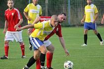Hrdějovice B (ve žlutém) na podzim přichystaly Srubci první porážku, vyhrály 5:1, Nová Ves druhou (0:6).