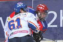 Roman Horák (v červeném v souboji s kladenským obráncem Šmachem) patří v sedmnácti letech k největším nadějím jihočeského hokeje. V neděli dal svůj premiérový extraligový gól.