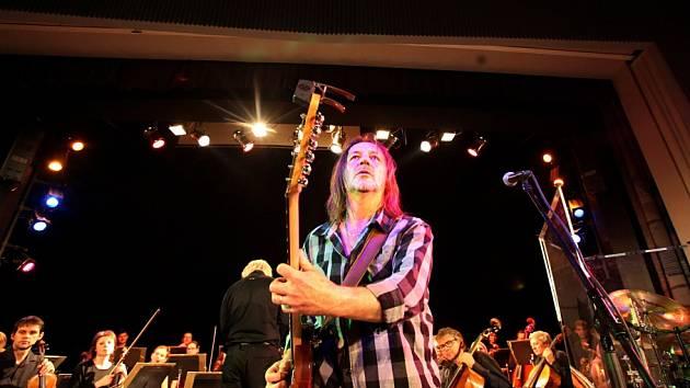 Rocková skupina Keks a Jihočeská filharmonie zahrály společně 22. října v českobudějovickém DK Metropol. V popředí na snímku Štěpán Kojan.