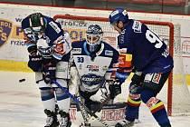 Útočník Motoru Daniel Voženílek (v modrém) se snaží tečovat kotouč před gólmanem Komety Lukášem Přibylem, kterému pomáhá obránce Michal Gulaši.