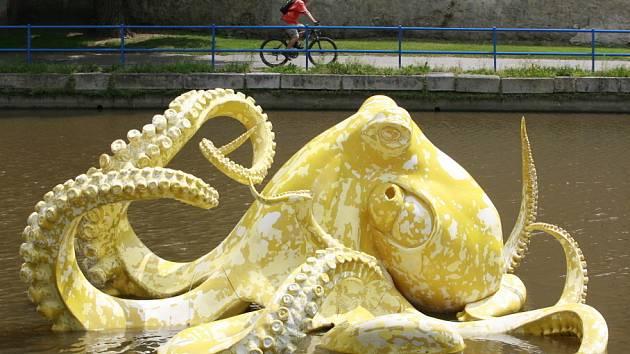 Instalace žluté chobotnice Elišky ve Slepém rameni řeky Malše byla poměrně složitá. Pětimetrová socha váží přes 300 kilogramů. Do řeky se musela nejdříve postavit konstrukce a k ní se Eliška přivázala.