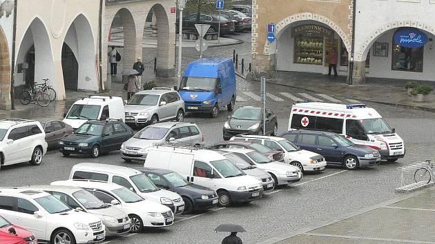 Parkování v centru Českých Budějovic (na snímku) by mohl ulehčit parkovací dům.