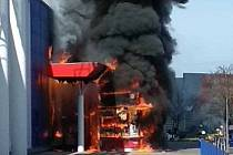 Stánek s občerstvením zcela shořel, do objektu oheň nepronikl a nikdo nebyl zraněn.