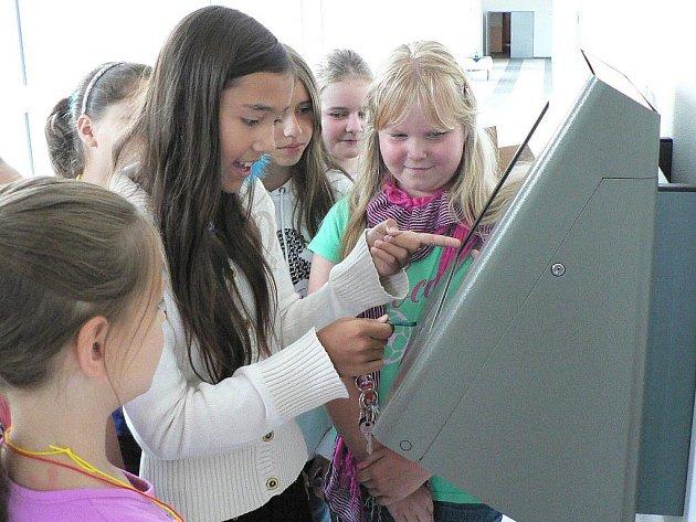 V ZŠ Oskara Nedbala v Českých Budějovicích přibyla po prázdninách nová spojovací chodba se zařízením na objednávání obědů.