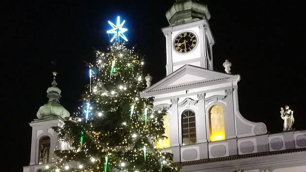 Vánoční strom na náměstí Přemysla Otakara II.