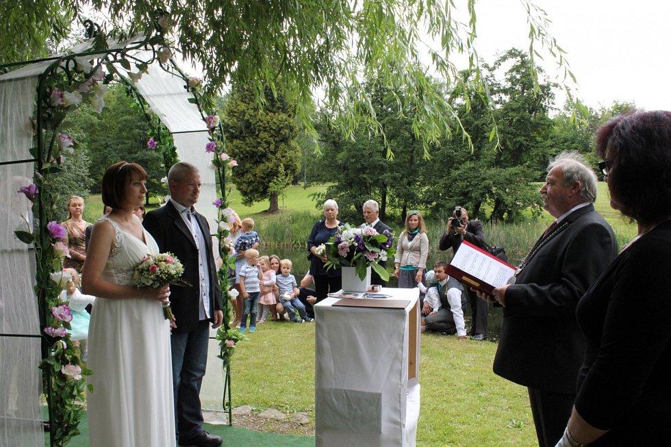 Letos si svatbu v zámeckém parku Jaderné elektrárny Temelín rezervovalo zatím sedm párů.