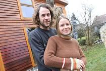 Poznali se na horách v Rumunsku a nyní už přes tři roky tvoří šťastný pár. Sochař Michal Trpák a Lenka Kulišťáková před svým domem plným soch a obrazů v Českých Budějovicích.