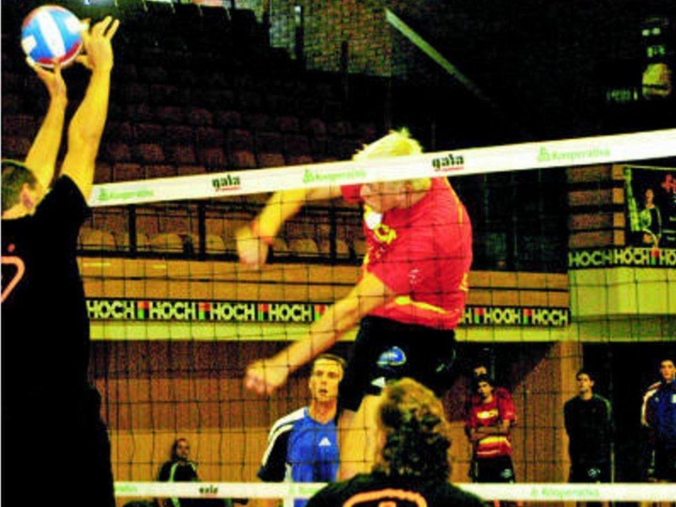 Blokař Jihostroje ČB Radek Mach útočí středem sítě přes blok příbramského Havrlíka. Jihostroj porazil Příbram 3:1.