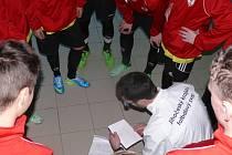 Taktická porada Vladana Vršeckého těsně před zápasem