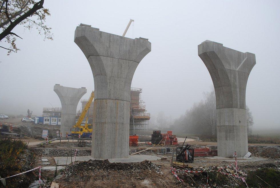 Výstavba D3 u Kamenného Újezdu. Vyroste tu 452 m dlouhá estakáda o 11 polích.