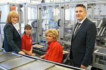 Finanční ředitelka českobudějovické společnosti Würth Elektronik iBE CZ Miroslava Kubíčková (vlevo) a výrobní ředitel Václav Flídr s kolegyněmi ve výrobní hale.