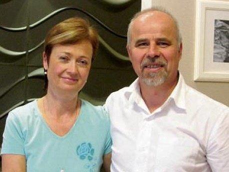 Lada a Jiří Ziburovi se oba odvážili uskutečnit radikální životní změnu. Oba odešli po dlouhých letech ze školství, ona se stala kosmetičkou, on masérem.