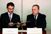 Na půdě rektorátu Jihočeské univerzity v Českých Budějovicích podepsali hejtman Jihočeského kraje Jiří Zimola a rektor univerzity Václav Bůžek dokument o vzájemné spolupráci.