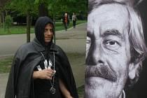 Josef Žák v roli Ďábla ve hře Bezdomoveckého divadla Na dně.