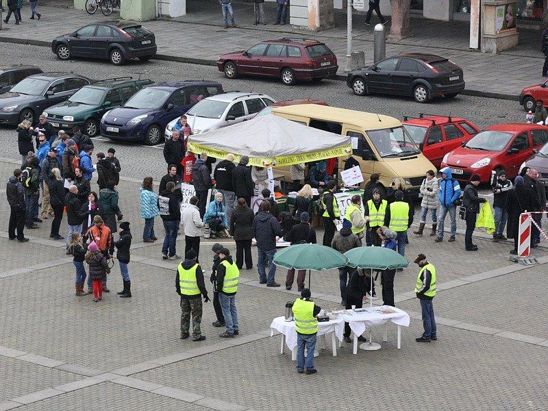 Shromáždění příznivců iniciativy Islám v České republice nechceme na českobudějovickém náměstí čtvrt hodiny před začátkem protestu.