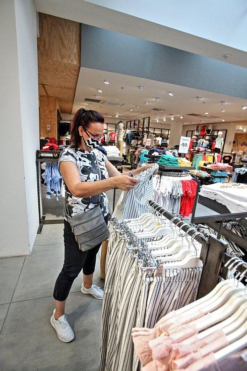 Obchodní centra Mercury a IGy znovu otevřely své obchody.