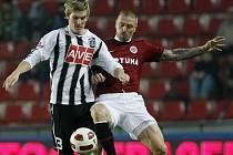 Zdeněk Ondrášek v lize se Spartou bojuje s Tomášem Řepkou.
