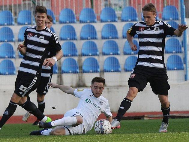 Fotbalisté Dynama v Ústí gól nedali (na snímku Čermák a Čavoš zastavují jednu z útočných akcí domácích), ale ani žádný nedostali, a tak zákonitě hráli 0:0.
