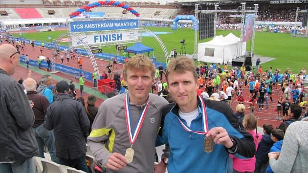 VYTRVALCI. Pavel (vlevo) a Martin Frelichové doběhli v Amsterdamu mezi stovkou nejlepších.