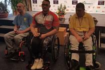 MEDAILISTÉ z 1. Centra zdravotně postižených JČ v Českých Budějovicích Jan Herman (uprostřed)) a Josef Pixa (vpravo). Herman navíc překonal o dvacet tři vteřin český rekord.