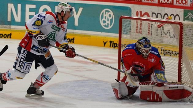 Hokejisté HC Mountfield přivítají v extraligovém šlágru Bílé Tygry z Liberce. Na snímku z utkání s Pardubicemi zachraňuje brankář Turek před Pivkem.