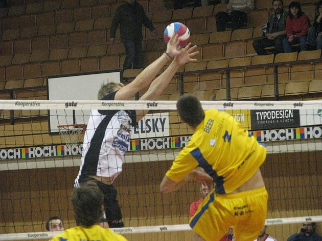 Jihostroj porazil v extralize Ústí nad Labem 3:0. Na snímku útočí budějovický odchovanec Beer v ústeckém dresu proti Machovi.