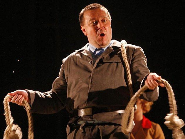 Hlavní zápornou postavu ve hře Jihočeského divadla Vajgl, přibližující proces borského povstání z 50. let, ztvárnil Martin Hruška. Z jeho smíchu mrazí.