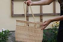 Kabelku, ideální na letní výlety, vyrobila Alena Seberová vlastnoručně na kurzu pletení z pedigu.