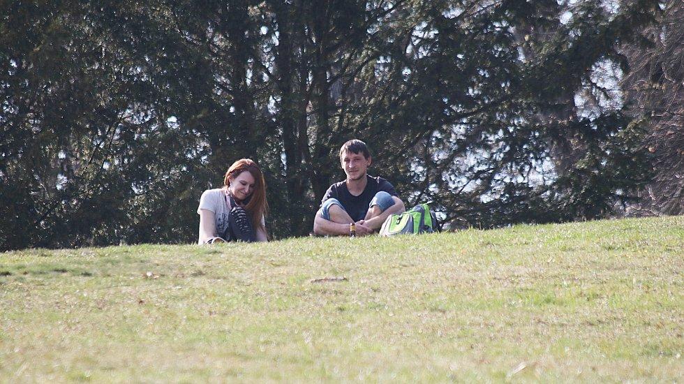 Lidé v parku 2