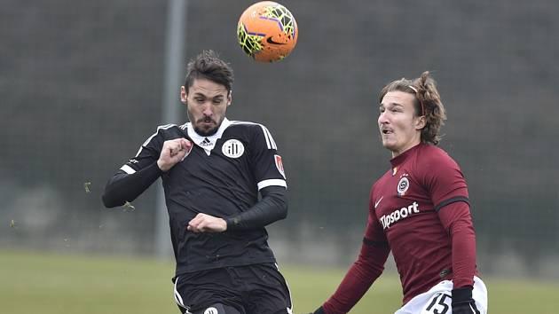 Patrika Brandnera atakuje sparťan Hanousek: Sparta - Dynamo v přípravě 1:0.