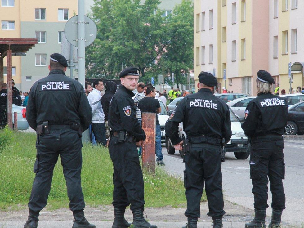 Máj je od rána pod bedlivým dohledem policie.