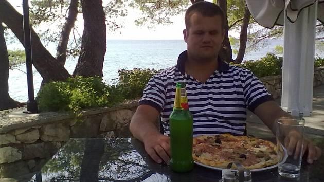 MOŘE. Marek Müller je aktivní člověk. Studuje,  cestuje, navštěvuje divadelní představení a v neposlední řadě miluje poslech hudby. Na konci léta se vydal na dovolenou do Chorvatska, odkud pochází náš snímek. S přáteli si tam sjel na raftu i divokou řeku.