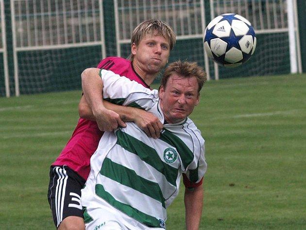 David Horejš si v pohárovém zápase v Praze s Meteorem hledí domácího útočníka Jana Flíčka.