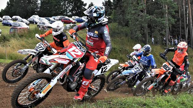 Mezinárodní mistrovství ČR v motokrosu se letos pojede také v Jiníně a v Kaplici. Na snímku z loňského klání třídy MX1 v Jiníně je v čele s č. 12 mistr republiky Němec Max Nagl, vedle něj celkově třetí Martin Krč (377), za nimi Jihočech Martin Finěk (27).