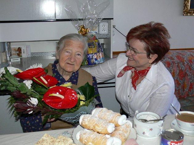 Devadesátileté Rosálii Votroubkové přišla blahopřát i starostka Homol Marie Štěpánková.