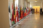 Všechny vlajky EU hned u hlavního vchodu.