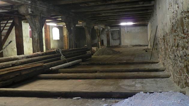 Rekonstrukce solnice na Piaristickém náměstí v Českých Budějovicích. Pohled do vnitřních prostor na začátku rekonstrukce. Otlučená omítka je pozůstatkem sanací po povodni 2002.