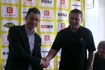 PLÁCLI SI. Jednatel táborské Agentury Cyklistika Petr Balogh (vpravo) dnes s potěšením přivítal hvězdu českého cyklokrosu Radomíra Šimůnka v areálu Komora.
