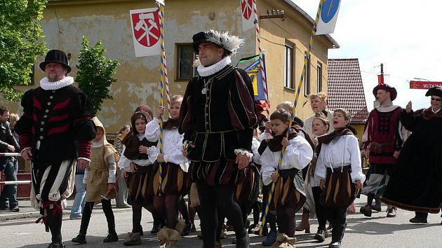 Hornické slavnosti v Rudolfově tradičně zahajuje kostýmovaný průvod.