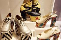 Sonja Ingrid Bata přivezla do krumlovského Egon Schiele Art Centrum výstavu unikátních bot: obří podpatky Eltona Johna i mrakodrapy od Diora.