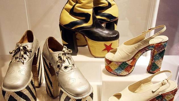 1f324aadcaa Sonja Ingrid Bata přivezla do krumlovského Egon Schiele Art Centrum výstavu  unikátních bot  obří podpatky ...