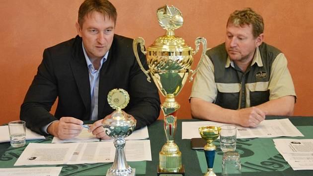 LIGA BUDE. Manažer Eduard Gaisler (vlevo) a prezident klubu Miloš Balák včera potvrdili přihlášení týmu U19 Chance do nového ročníku ŽBL.