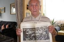 Hokejista František Vacovský s obrázkem mistrů světa z roku 1949.