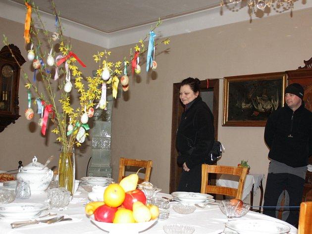 """Jana a Martin z Tábora byli na prohlídce v Nových Hradech poprvé a hned si vyslechli mimořádný velikonoční výklad. """"Moc se nám to líbilo,"""" shodli se oba."""