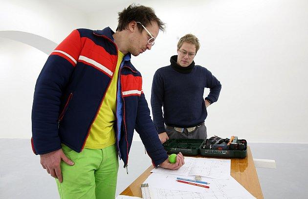 Tvůrci nové výstavy Domu umění Janek Rous (vlevo) a Aleš Čermák přicházejí do Českých Budějovic s neotřelou myšlenkou.